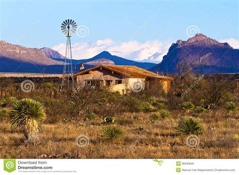 Ranch Style Home Interiors casa del ranch del deserto immagini stock libere da