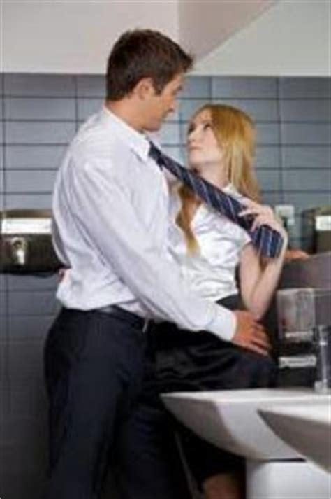 sesso in ufficio anche gli uomini fingono l orgasmo uno su tre fa finta