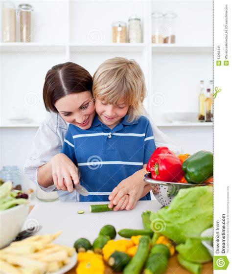 madre con su hijo en la cocina madre feliz y el su cocinar del hijo imagen de archivo
