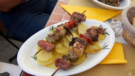 cucinare spiedini di carne spiedini di carne da fare alla griglia in padella o al
