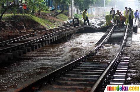 Kereta Api Education 1 foto rel kereta api bengkok di latuharhari menteng merdeka