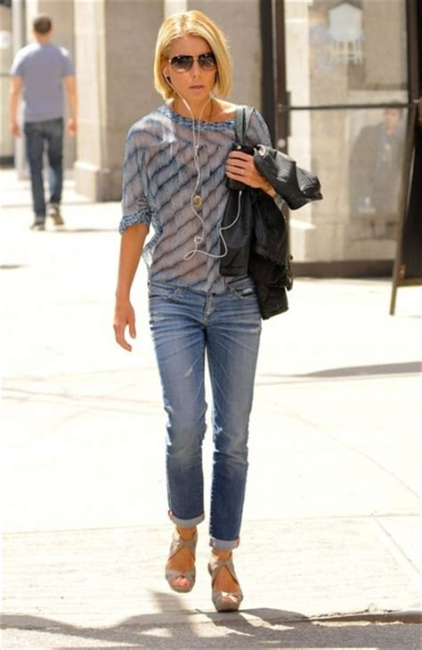 where did kelly ripa move in nyc 2014 kelly ripa in kelly ripa listens to music while out in new