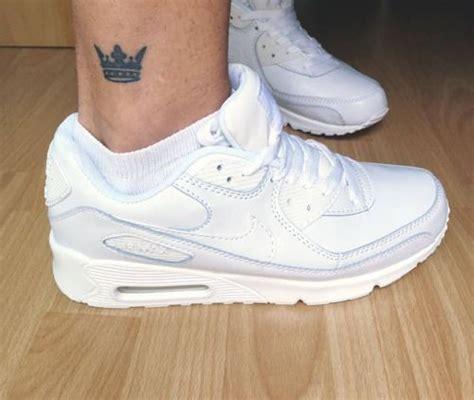 tatuaje de una corona en el exterior del tobillo derecho