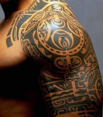 tattoo tribal oberarm mann foto polynesian tahiti tattoo auf dem arm von einem mann