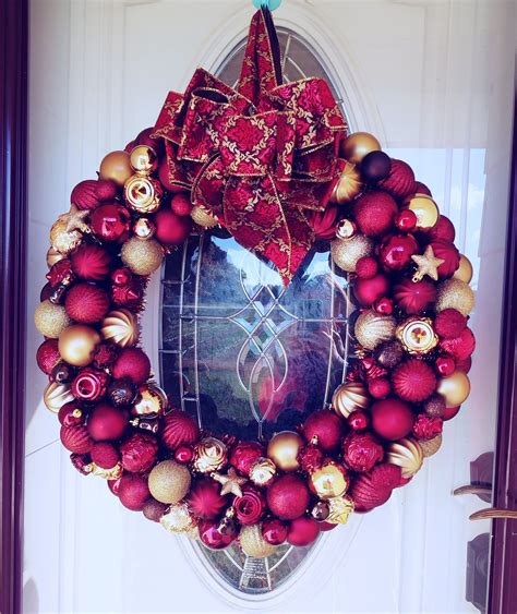 red  gold christmas ornament bauble wreath gold