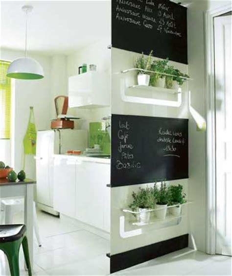 Superbe Peindre Son Carrelage De Cuisine #3: petite-cuisine-blanche-rangement-sur-cloison-amovible.jpg