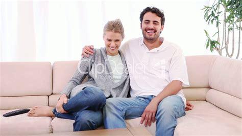 chillen auf dem sofa junges paar auf dem sofa royalty free and stock footage