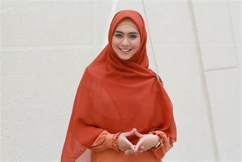 Gamis Oki Setiana Dewi trend model gamis terbaru 2013 sesuai syariah dari oki
