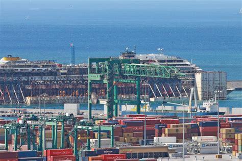 la nel porto la concordia nel porto di voltri la gente sulla spiaggia