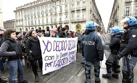 consolato spagnolo torino tensione in centro tra leghisti e pro aborto repubblica it