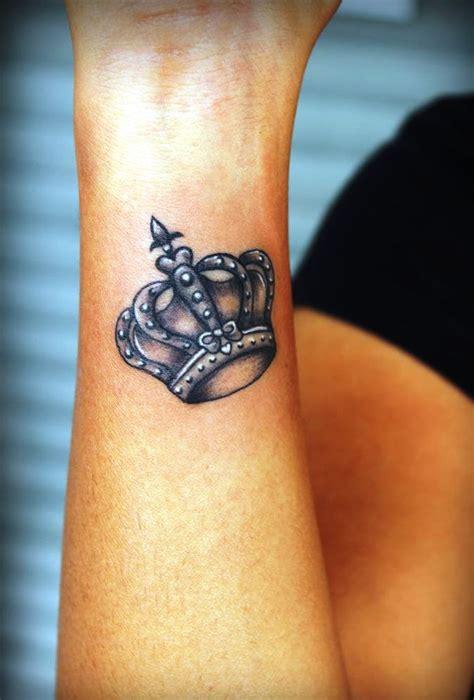 kleine krone tattoos ideen und entwuerfe tattoosideencom