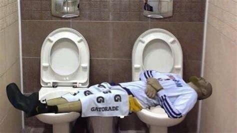 chris kaman bench chris kaman makes meme out of him sleeping on lakers bench larry brown sports