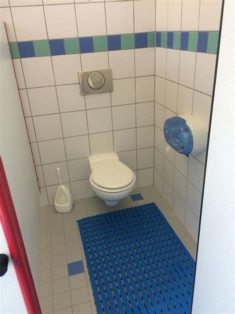 toilettensitz mit dusche stadtf 252 hrer und wegweiser f 252 r menschen mit behinderung