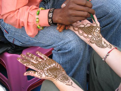 file a henna or mehndi applier rishikesh jpg wikimedia