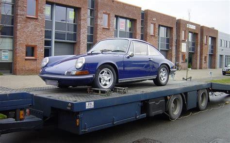 chauffeur porte voiture transporter une voiture de collection