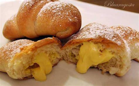 croissant fatti in casa croissant fatti in casa con crema di ricotta allo zafferano