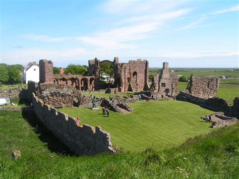 Viewing History Lindisfarne file ruins of lindisfarne priory and st aidan s statue