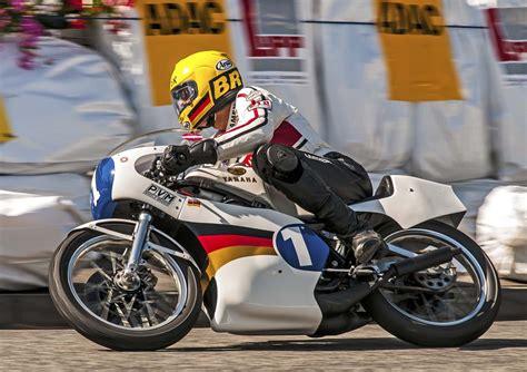 Motorrad 125 Ccm Weltmeisterschaft by Der Zweifache Motorrad Weltmeister Dieter Braun Feiert