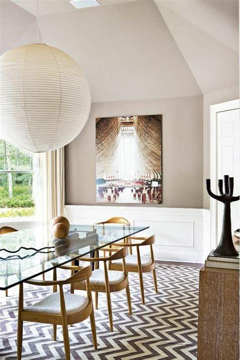 Formidable Table A Manger Pliante Design #3: 00-table-de-salle-%C3%A0-manger-design-en-verre-chaises-te-table-en-bois-clair-tapis-aux-rayures-blancs-noirs.jpg