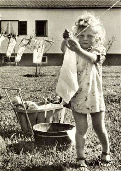 imagenes vintage laundry vintage girl hanging clothes on the clothesline pinteres