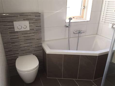 badkamer bad en inloopdouche kleine badkamer taupe met bad douche badmeubel en