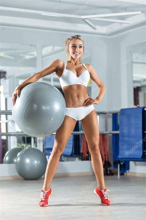 femme sportive avec ballon dans la salle de photographie tolstnev 169 70687117