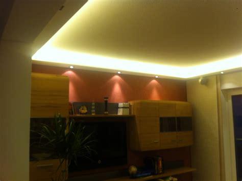 hängeleuchte indirekte beleuchtung tapete beton wohnzimmer