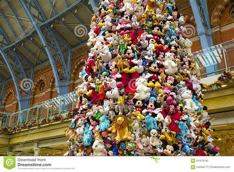 juguetes de disney en el 225 rbol de navidad imagen editorial