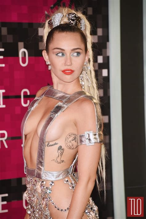 Twigs Chandelier Vmas 2015 Miley Cyrus In Versace Tom Lorenzo
