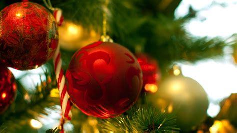 bolas de navidad en blanco y oro para decorar el 225 rbol