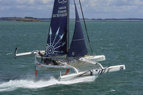 catamaran qui vole le gitana team vole au large course au large
