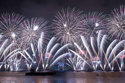 new year 2018 uk celebrations auckland kicks new year celebrations to ring in 2018
