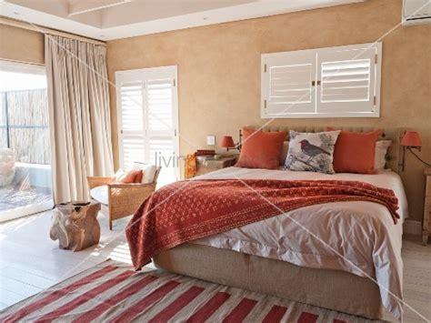 mediterranes schlafzimmer mediterranes schlafzimmer mit doppelbett unter fenster mit