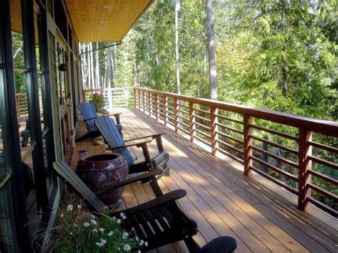 Pot Pagar Kayu rumah minimalis sederhana 2 lantai dengan balkon kayu