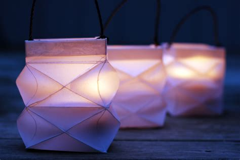 Folding Paper Lanterns - how to make a pretty folded square paper lantern