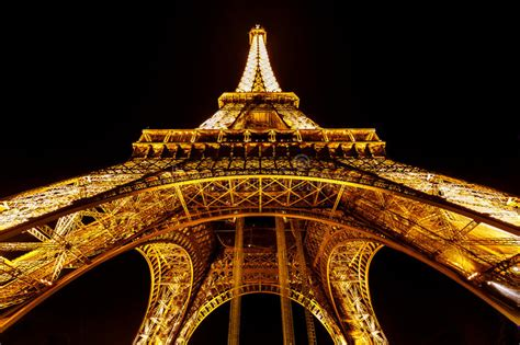 torre eiffel di notte illuminata ia vista della torre eiffel illuminata nella notte
