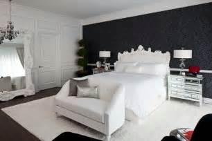 agréable Couleur Tendance Pour Chambre #6: papier-peint-noir-motif-baroque-chambre-coucher-lit-canape-blanc.jpg