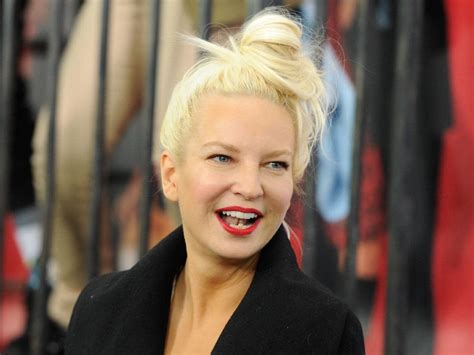 who is the real sia the story behind the singer who refuses to sia exposed meet the face behind the voice daily telegraph