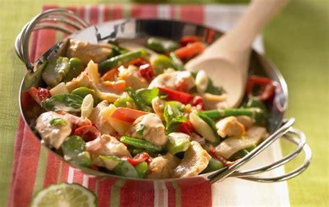cuisiner au wok 駘ectrique wok de l 233 gumes verts au poulet savoir cuisiner fr