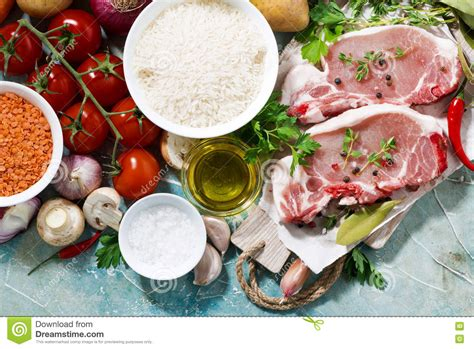 cucinare carne di maiale due pezzi di carne di maiale sul tagliere e di alimenti