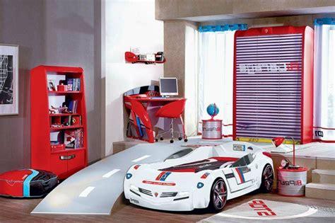 deco chambre enfant voiture le lit voiture pour la chambre de votre enfant