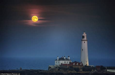 paint nite bay blood supermoon to paint the sky as witness