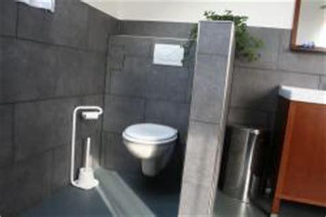 schwarze fliesen für badezimmer badezimmer abmauerung wc schwarze gro 195 ÿe fliesen an der
