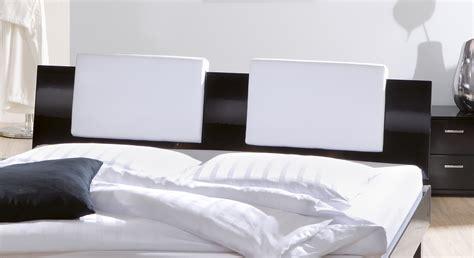 kopfteil bett kissen designerbett mit hochglanzoberfl 228 che massivholzbett wayne