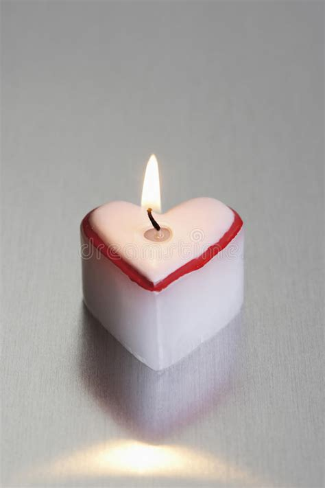 candela accesa candela accesa in forma di cuore immagine stock immagine