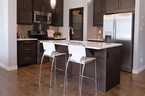 penisola con sgabelli tavola e sedie in cucina come sceglierli i casa