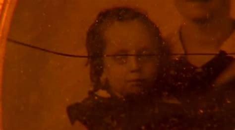 darkness falls bathroom scene the art of film title design throughout cinema history