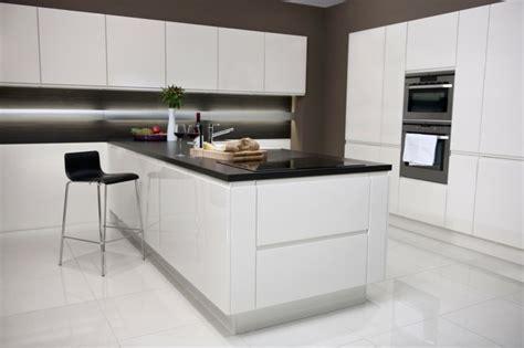 cuisine blanche avec plan de travail noir cuisine blanche avec plan de travail noir 73 id 233 es de