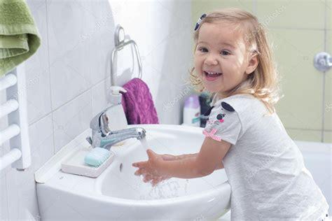 imagenes niños lavandose las manos peque 241 a ni 241 a lav 225 ndose las manos foto de stock