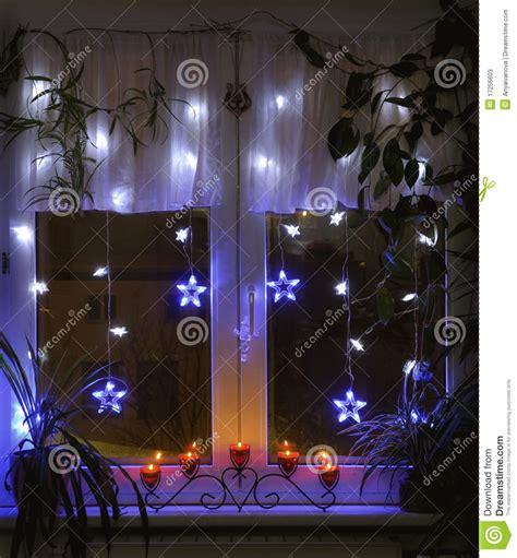 candelabros navidad ikea ventana adornada para la navidad imagen de archivo